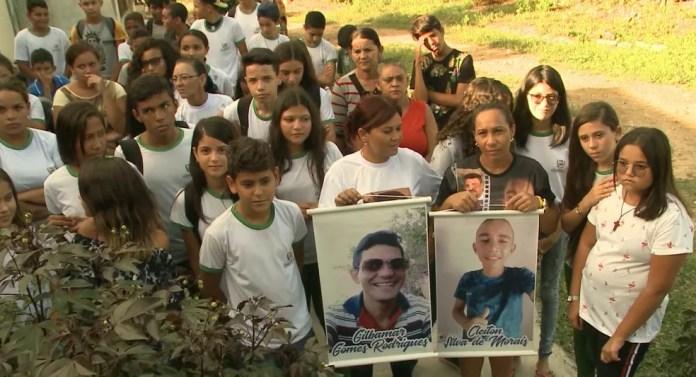 Amigos e familiares dos jovens Gilbamar Gomes e Cleiton Silva — Foto: Reprodução/TV Paraíba