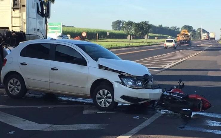 Motociclista foi socorrido em estado grave (Foto: André Modesto/TV Tem)