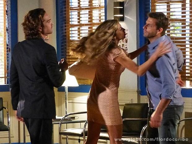 Cassiano perde a cabeça e quase bate em Alberto na delegacia (Foto: Flor do Caribe / TV Globo)