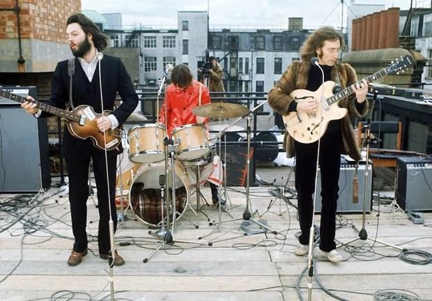 Beatles durante famoso show no terraço de prédio, que comemora 50 anos — Foto: Reprodução/YouTube/The Beatles