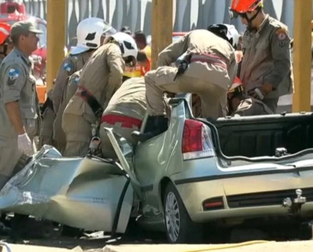 Glaucia ficou presa no veículo atingido pela passarela que caiu na Linha Amarela (Foto: Reprodução/TV Globo)