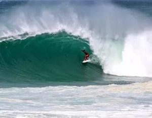 Raoni Monteiro em um dia épico na Praia da Barrinha, em Saquarema (Foto: Nilton Gibao Fotografia)