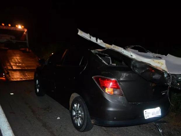 Teto de carro foi arrancado após batida na BR-242 (Foto: Blog SigiVilares)