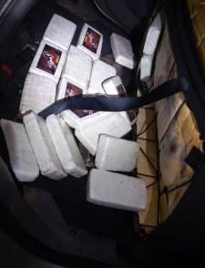 Droga estava dentro de carro de suspeito na Dutra — Foto: Divulgação/PRF