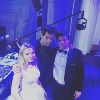 DJ Mark Ronson com os noivos (Foto: Reprodução/Instagram)