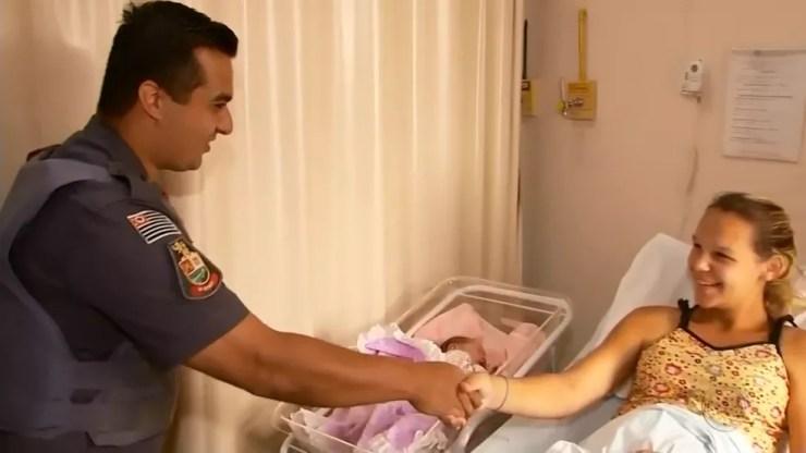 Sargento da PM foi ao hospital visitar mãe e filha após parto de emergência em Ourinhos (Foto: Reprodução/TV TEM)