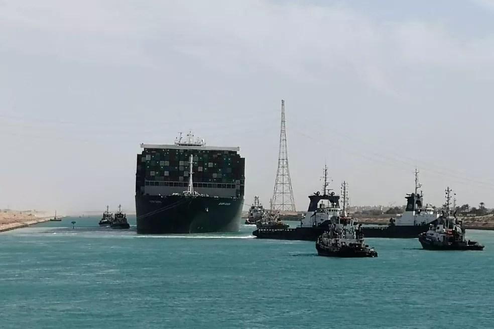 O meganavio de contêineres Ever Given, da empresa Evergreen, navega pelo Canal de Suez nesta segunda-feira (29) após ser desencalhado — Foto: Reuters