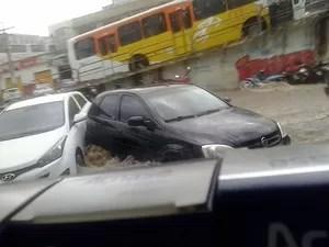 Carros foram arrastados na cidade. (Foto: Anderson Oliveira/Blog do Anderson)