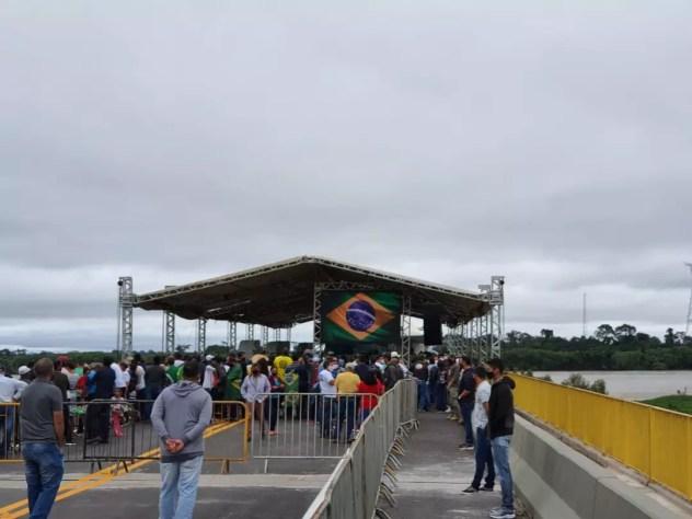 Centenas de pessoas começam a se aglomerar na inauguração da Ponte do Abunã, em Rondônia