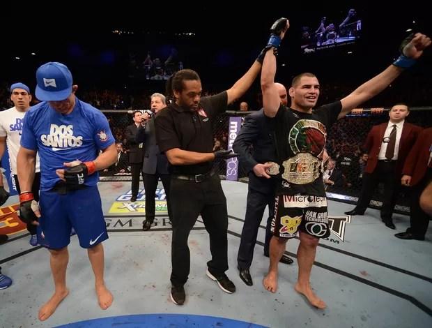 Cain Velásquez recebe o cinturão após vencer Junior Cigano (Foto: Getty Images)