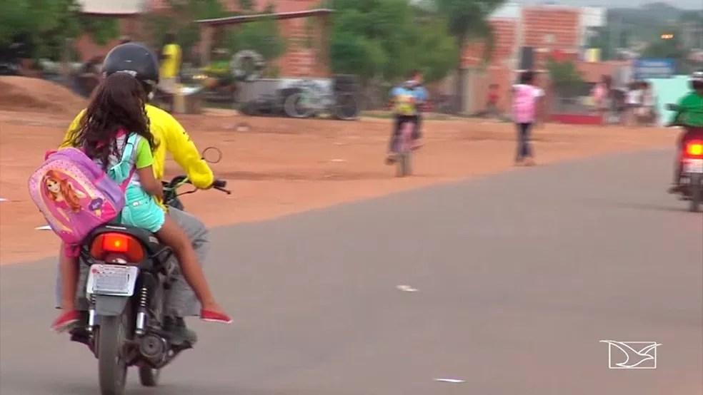 Em Balsas, não é difícil encontrar casos de crianças sendo transportadas sem capacete (Foto: Reprodução/TV Mirante)
