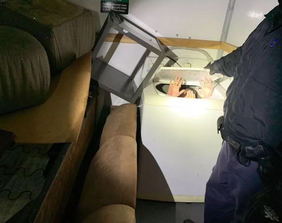 Imigrante chinês é encontrado por agente da imigração em máquina de lavar em San Diego, na Califórnia (EUA)  — Foto: U.S. Customs and Border Protection/ Twitter
