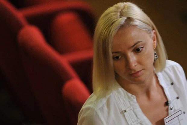 A moldava Domnica Cemortan, que foi vista com o capitão Schettino durante o naufrágio, comparece ao tribunal nesta quarta-feira (17) (Foto: Tiziana Fabi/AFP)