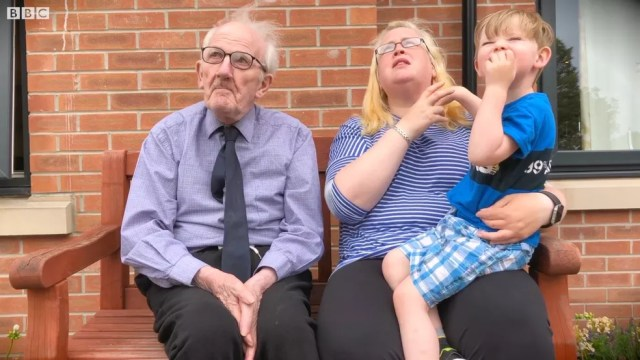 Menino de 4 anos visita o amigo de 91 toda semana em uma casa de repouso (Foto: BBC)
