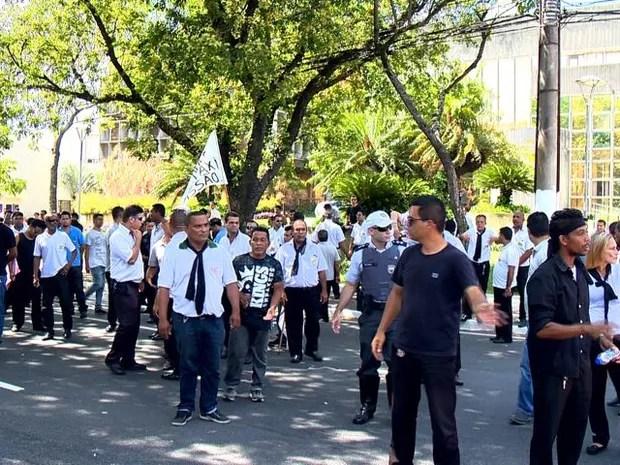 Protesto de taxistas fechou parcialmente a avenida da frente da Prefeitura de Vitória (Foto: Reprodução/ TV Gazeta)