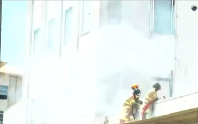 Bombeiros trabalham para apagar o fogo em incêndio no Hospital Federal de Bonsucesso, na Zona Norte do Rio — Foto: Reprodução/ GloboNews