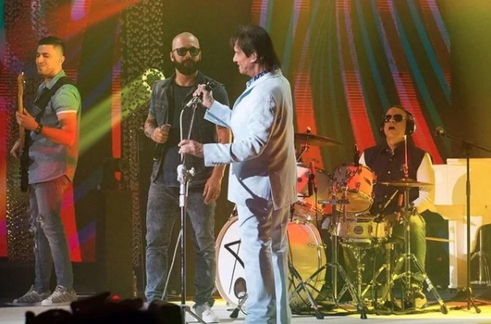 Roberto Carlos e a banda 'RC na veia', com o filho, Dudu Braga, na bateria.  — Foto: Reprodução/Instagram