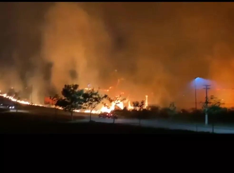 Incêndio na Estrada do Calafate mobilizou bombeiros na noite dessa sexta-feira (6) — Foto: Reprodução