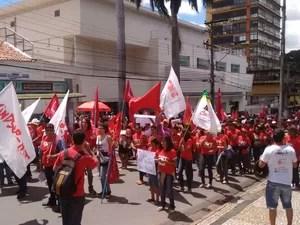 Manifestantes fazem ato em favor da Petrobras em Cuiabá (Foto: Nathália Lorentz/ G1)