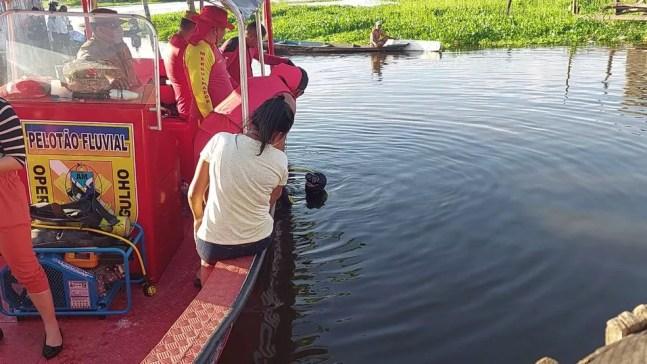 Mergulhadores buscam por menino. — Foto: Rede Amazônica