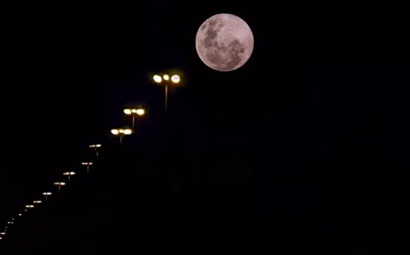 """Registro da """"super lua rosa"""" nos altos da avenida Afonso Pena, em Campo Grande — Foto: Marithê Do Céu/Arquivo Pessoal"""