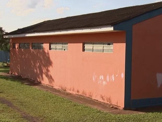 Menor de 13 anos e idoso foram flagrados quando saíam de banheiro público em Catanduva (SP) (Foto: Reprodução/ TV TEM)