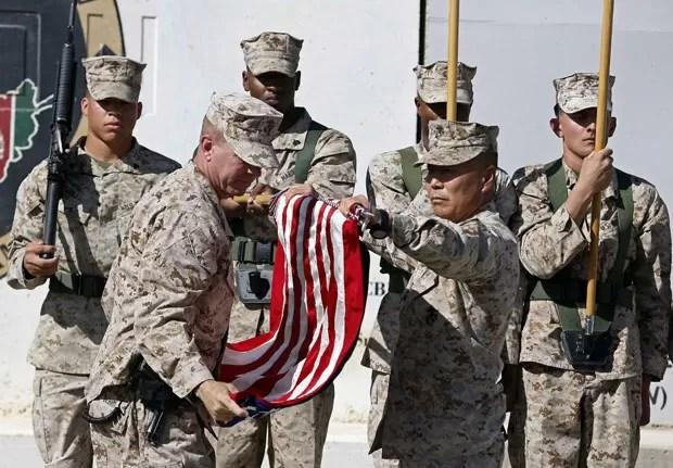 Fuzileiros americanos participam de cerimônia após terminar oficialmente suas operações no Afeganistão neste domingo (26) (Foto: Omar Sobhani/Reuters)