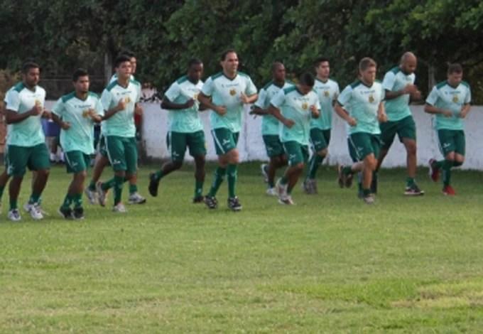 Atletas ainda treinam em campo antigo com poucas condições (Foto: Divulgação/Site do Sampaio)