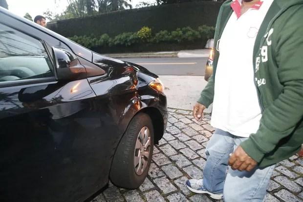 Segurança de Justin Bieber chuta e fura o pneu de carro de fãs na porta da casa alugada pelo artista (Foto: Delson Silva / Agnews)