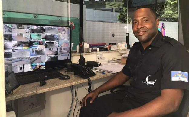 Pantera atualmente trabalha como porteiro (Foto: Tiago Medeiros)