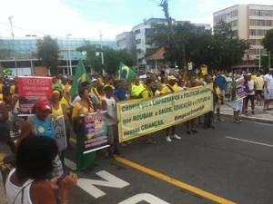 Depois da concentração, manifestação seguiu para a Praia do Forte (Foto: Rebeca Nascimento/G1)