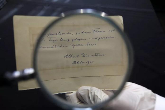 Carta de Einstein falava sobre a teoria da evolução e foi enviada para colega matemático (Foto: Menahem Kahana/AFP)