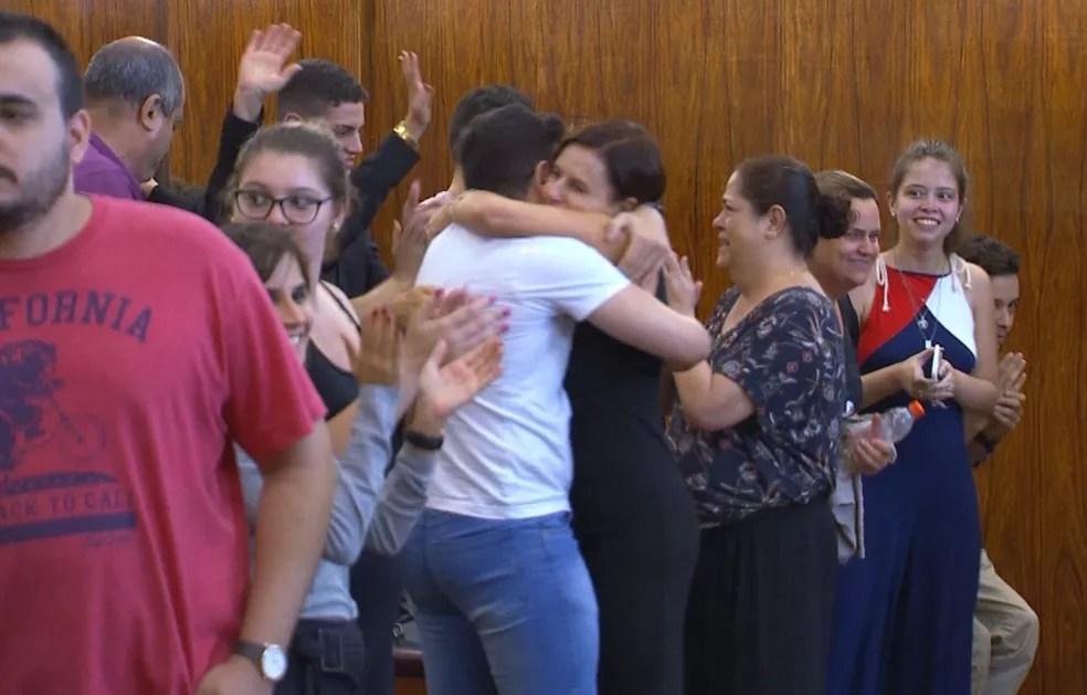 Parentes do réu comemoraram a decisão da júri em Bauru — Foto: Reprodução/TV TEM