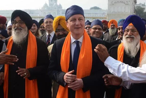 David Cameron com autoridades indianas nesta quarta-feira (20) na cidade de Amritsar  (Foto: Narinder Nanu/AFP)