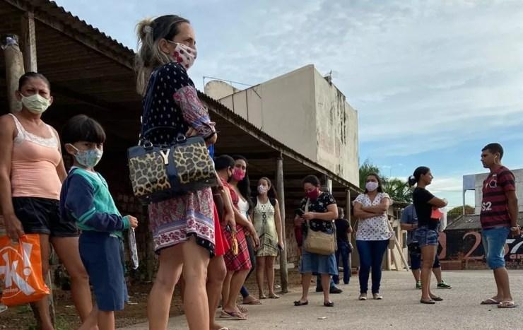 Com motoristas de ônibus em greve, população enfrenta filas para pegar táxi — Foto: Tálita Sabrina/Rede Amazônica