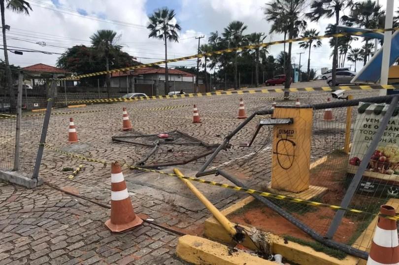 Caminhão quebrou a cancela e invadiu o estacionamento do shopping Via Direta — Foto: Kleber Teixeira/Inter TV Cabugi