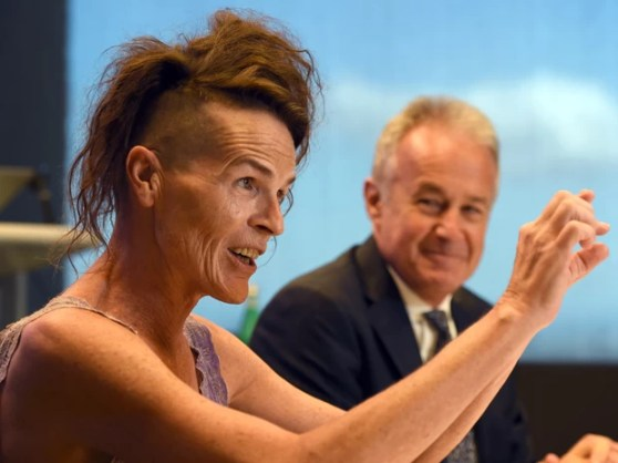 Norrie, que usa apenas o primeiro nome e não se identifica como homem ou mulher, fala durante uma confeência ao lado do advogado Scott McDonald em Sydney após a corte australiana legalizar o terceiro gênero 'neutro'. (Foto: William West/AFP)