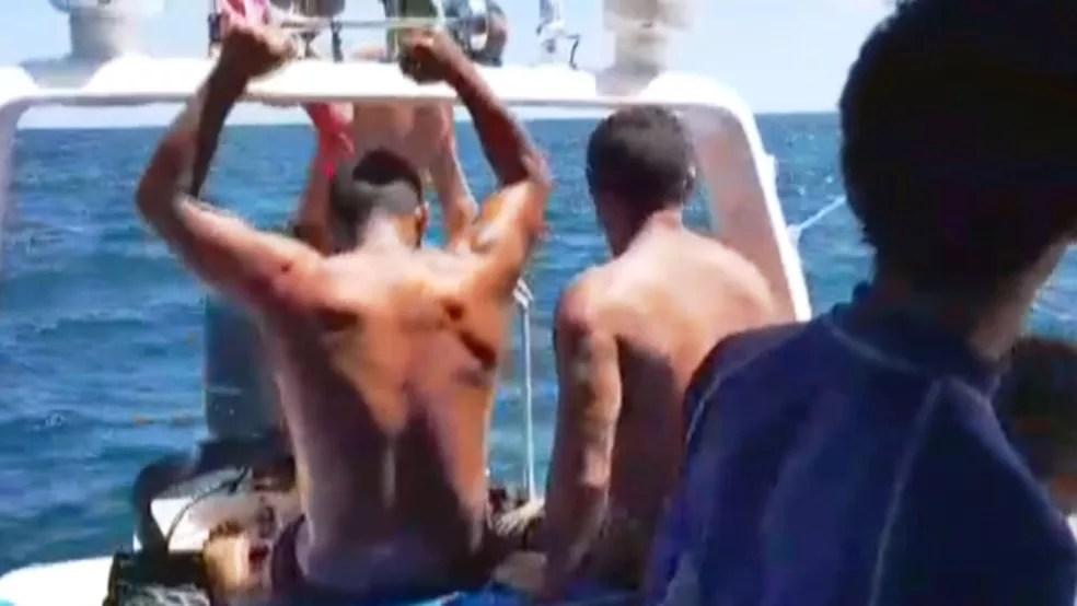 Tripulantes celebram resgate após passarem três dias em ilha em SP — Foto: G1 Santos