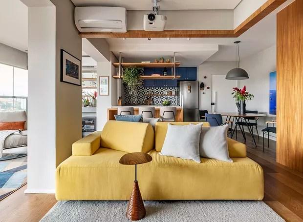 Sala de estar | Um dos conceitos do projeto era de que a sala não deveria se voltar a uma televisão. O sofá com encostos móveis traz diversas possibilidades de uso ao espaço e, também pode servir como sofá cama (Foto: Renato Navarro/Divulgação)