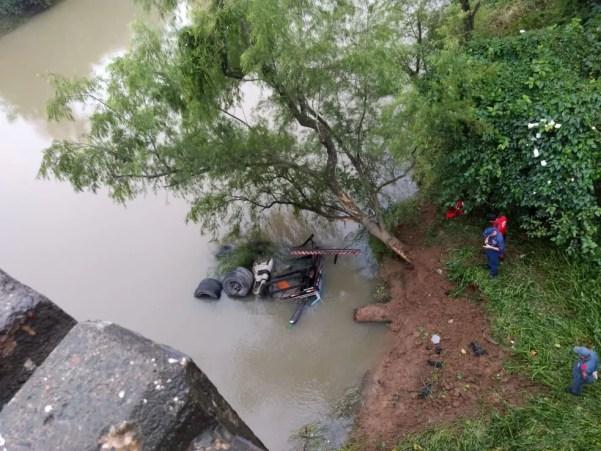 Caminhão caiu às margens da BR-470 em Rio do Sul — Foto: PRF/Divulgação