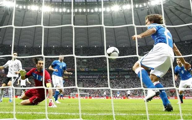 Andrea Pirlo na partida da Itália contra a Alemanha (Foto: Reuters)