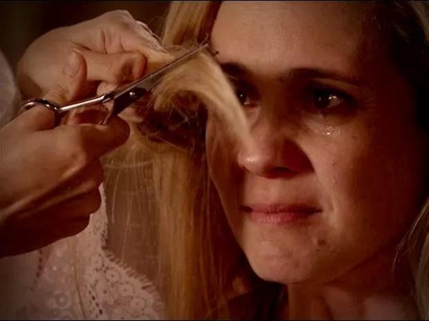 Carminha chora ao ver seu Nina cortando suas madeixas (Foto: Avenida Brasil / TV Globo)