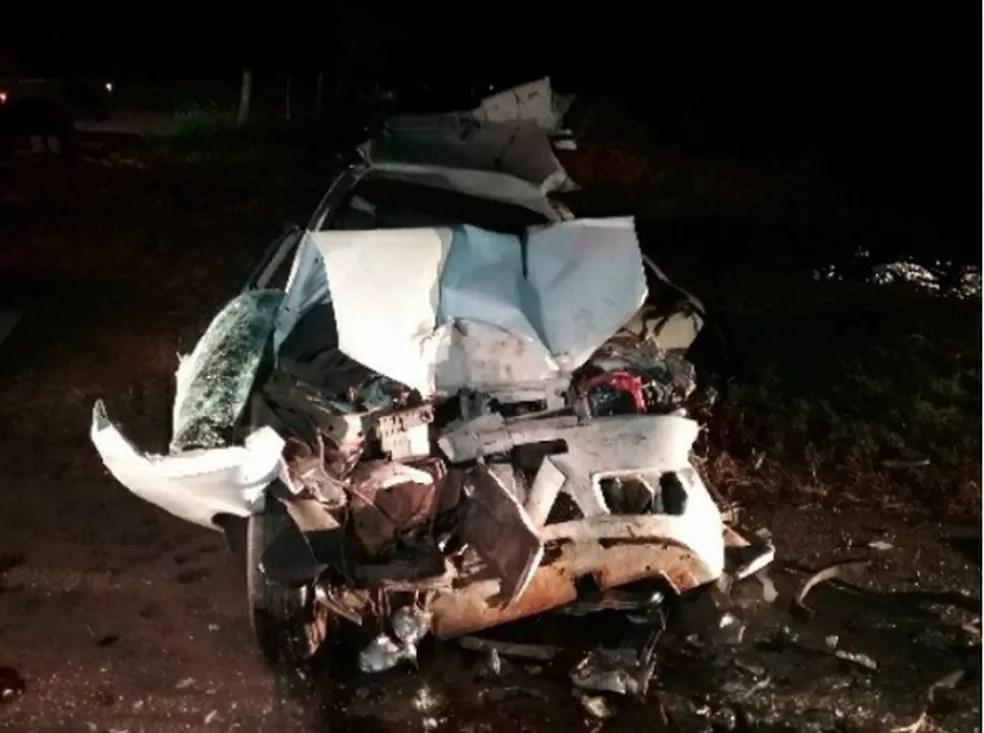 Carro ficou com a frente destruída no acidente em Buritama — Foto: Arquivo Pessoal