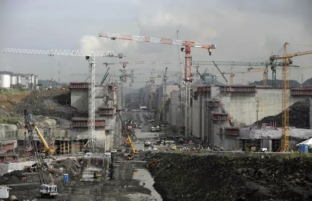 Local de construção e expansão do Canal do Panamá em Cococli, nos arredores da Cidade do Panamá, em 8 de agosto (Foto: Arnulfo Franco/AP)