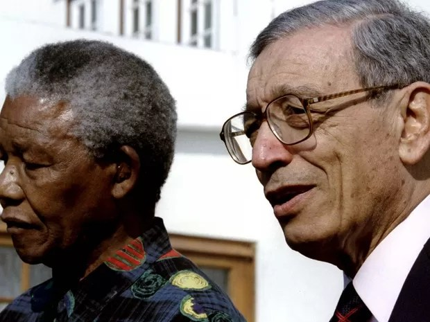 Imagem de arquivo mostra o ex-secretário-geral da ONU Boutros Boutros-Ghali ao lado do então presidente da África do Sul, Nelson Mandela (Foto: REUTERS/Staff/Files)
