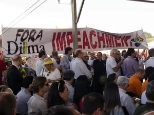 Abertura da Agrishow tem protesto contra o governo Dilma Rousseff e contra a corrupção (Foto: Érico Andrade/G1)