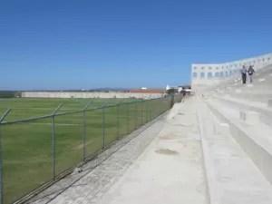 Manutenção de grama ocorre há cinco anos (Foto: Juscelino Filho/GLOBOESPORTE.COM)