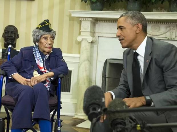 O presidente dos EUA, Barack Obama, recebe Emma Didlake, de 110 anos, no Salão Oval da Casa Branca, na sexta (17) (Foto: AP Photo/Evan Vucci)