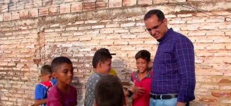 Delegado César Ferro, que comprou uma bola nova, virou 'tio' e herói das crianças. — Foto: Reprodução/TV Mirante