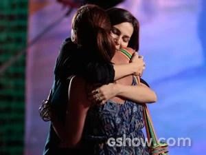 Clara e Marina se abraçam com carinho (Foto: Felipe Monteiro / TV Globo)